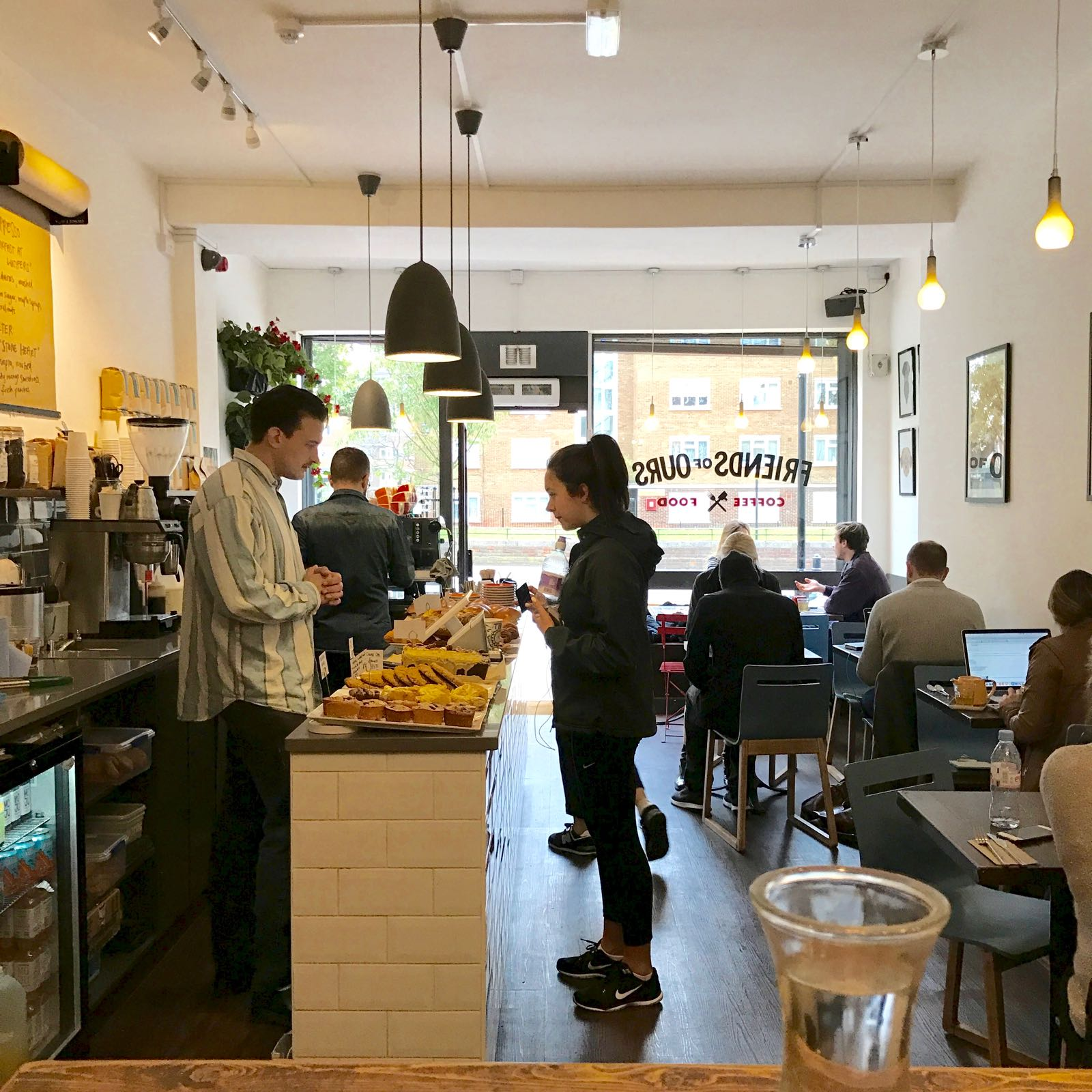 Friends of Ours 店内